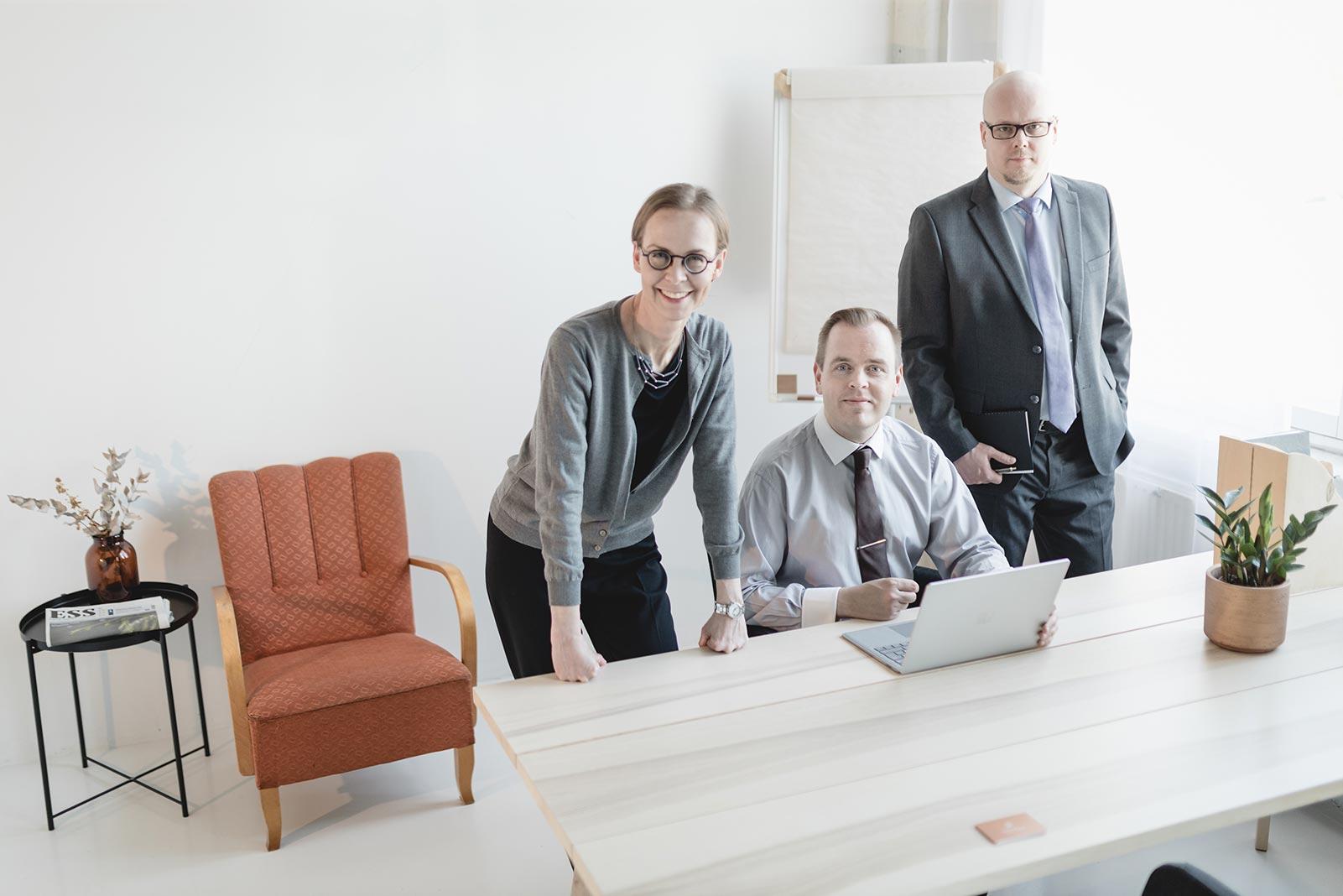 Markkula lakiasiaintoimiston asiantuntijat kuvassa